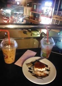 Café con hielo, mojito y tarta de queso y caramelo