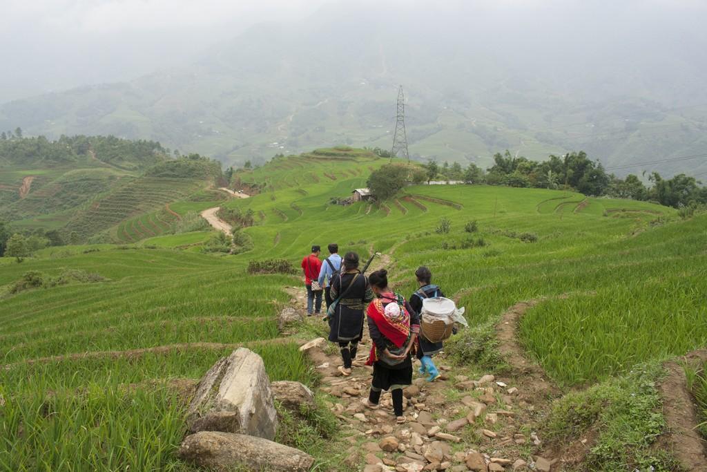 Comienzo de la ruta, seguidos por 3 mujeres Hmong Negro