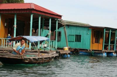 Poblado flotante en Bahía de Halong