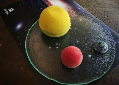 El planetario en su mesa