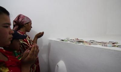 Fieles rezando en Shah-i-Zinda, o Avenida de los mausoleos