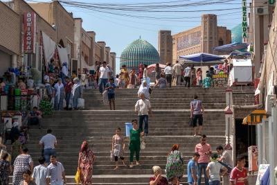 Una de las zonas exteriores del Siab Bazaar con la mezquita de fondo