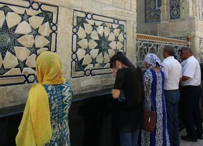 Fieles rezando en el mausoleo del Imam Al Bukhary